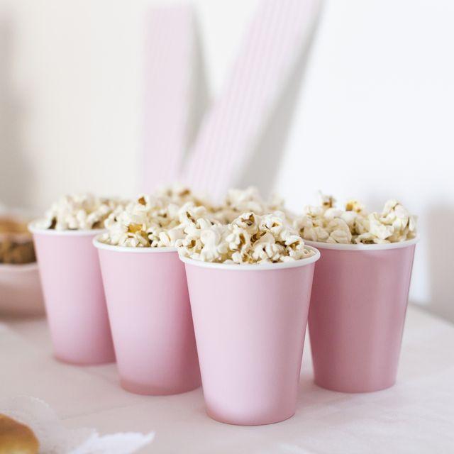envases rosas con palomitas de maíz dentro