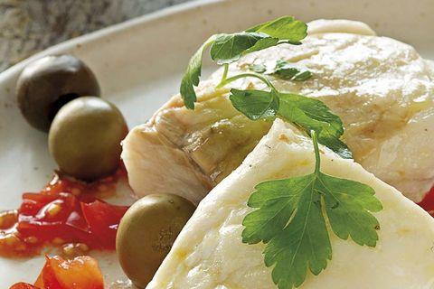 merluza con limón y aceitunas arbequinas