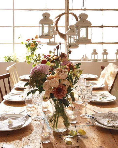 mesa para fiesta decorada con flores
