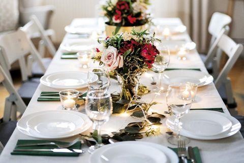 mesa de celebración decorada con centros de flores