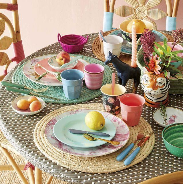 Menaje: Una mesa alegre y colorida