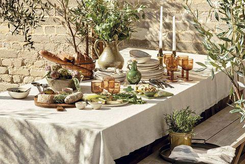 mesa de comedor en el jardín