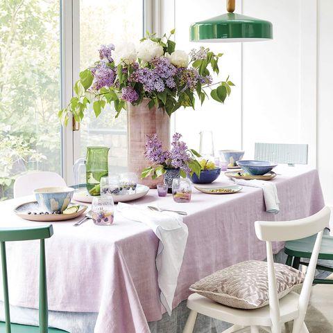 mesa vestida para una celebración en rosa, con flores