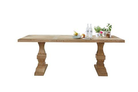mesa con elegantes patas torneadas