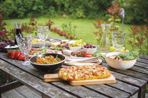Mesa con aperitivos