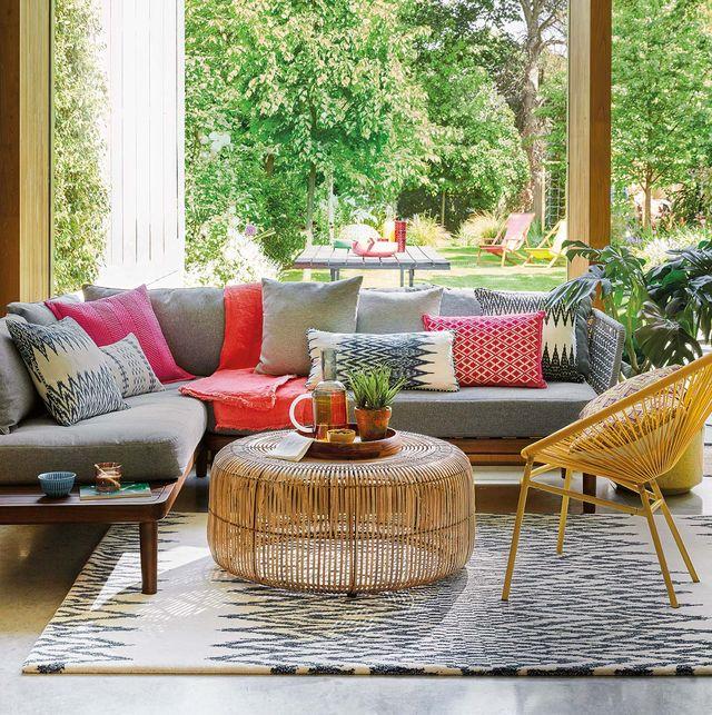 salón con salida al jardín muebles de fibras naturales