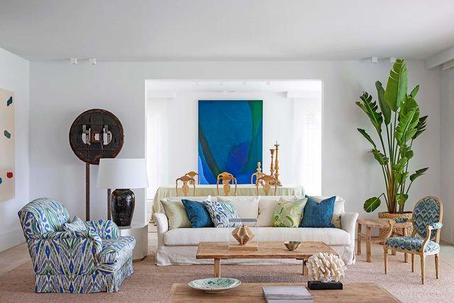casa vacacional reformada en cádiz salón decorado con estilo natural en blanco madera y azul