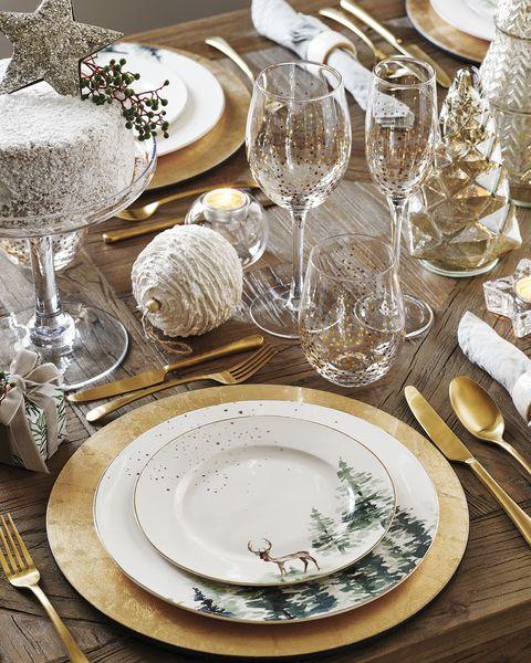 mesa con vajilla y cristalería de navidad