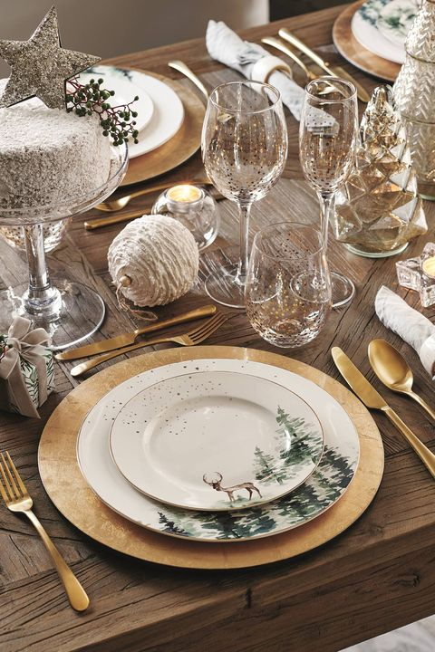 mesa de navidad de estilo vintage con elementos dorados