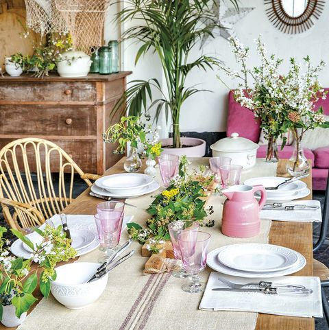 mesa decorada con flores para celebraciones