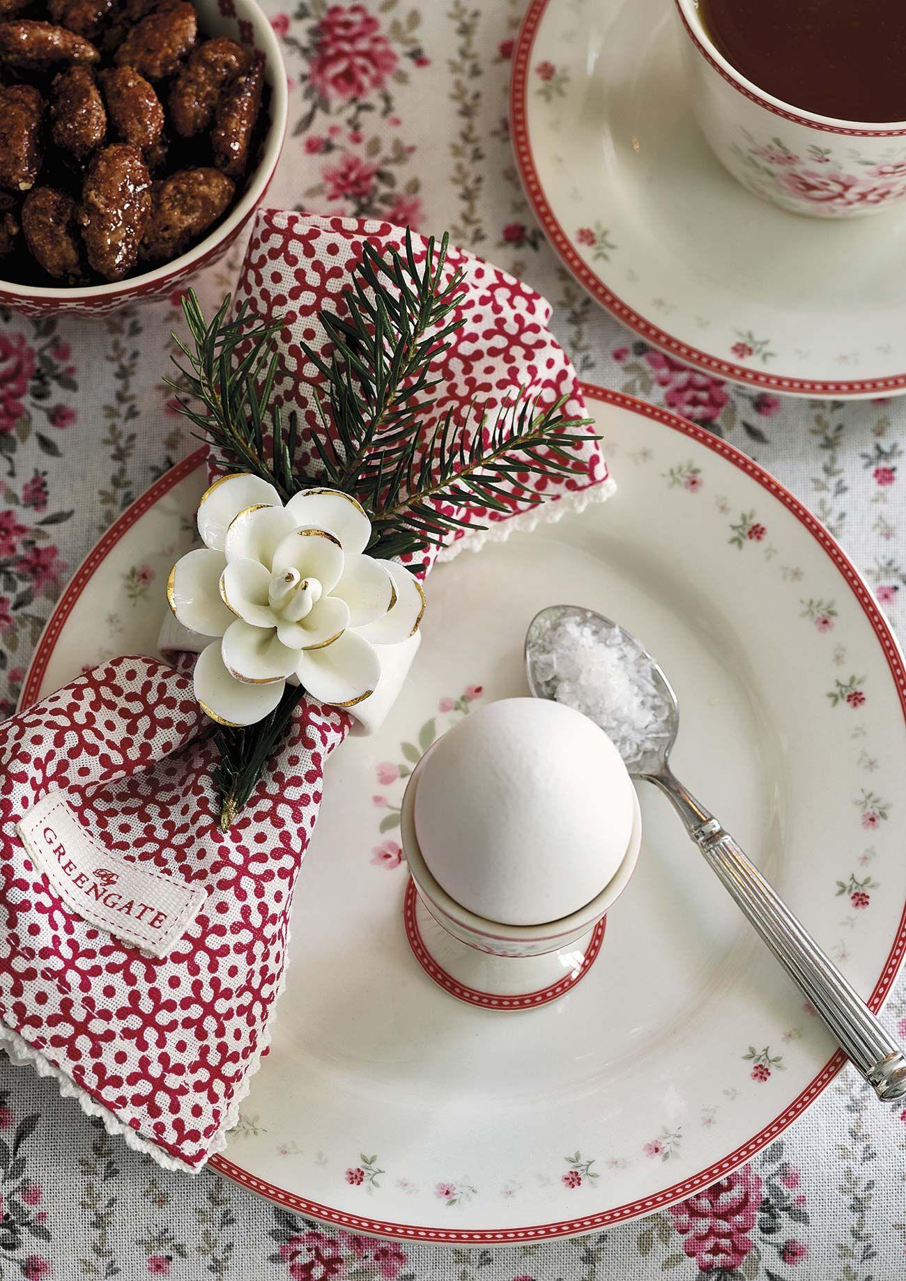 Mesa de desayuno: vajilla con flores