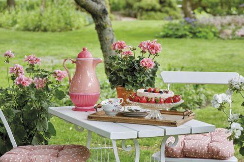 mesa en el jardín para desayunar