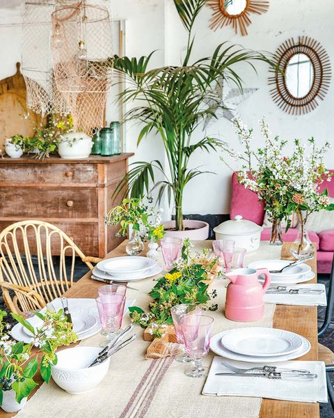 Mesa vestida con menaje rosa