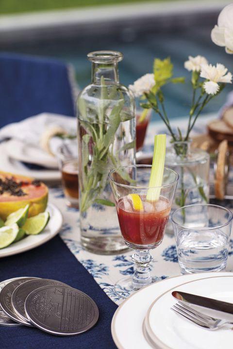 mesa de verano con mantel azul