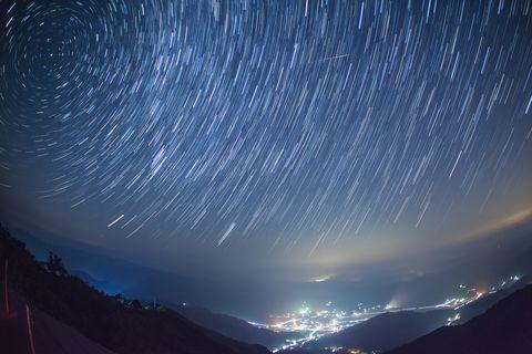 藍色的天空和流星雨