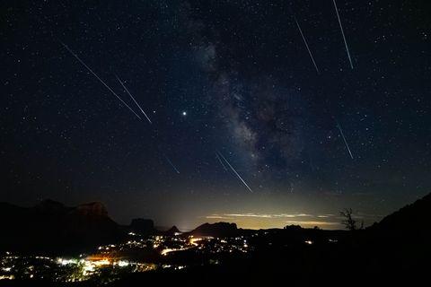 夏季「英仙座流星雨」大爆發!每小時百顆流星從天傾瀉,快來向最壯觀的流星雨許願