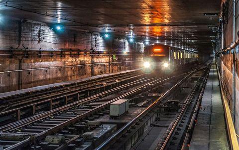 Metro atravesando estación fantasma