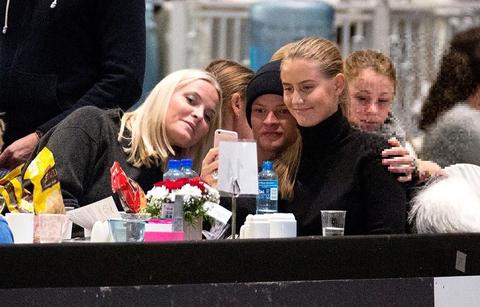 la princesa mette de noruega, su hijo marius y su novia juliane, haciéndose una selfie en un restaurante