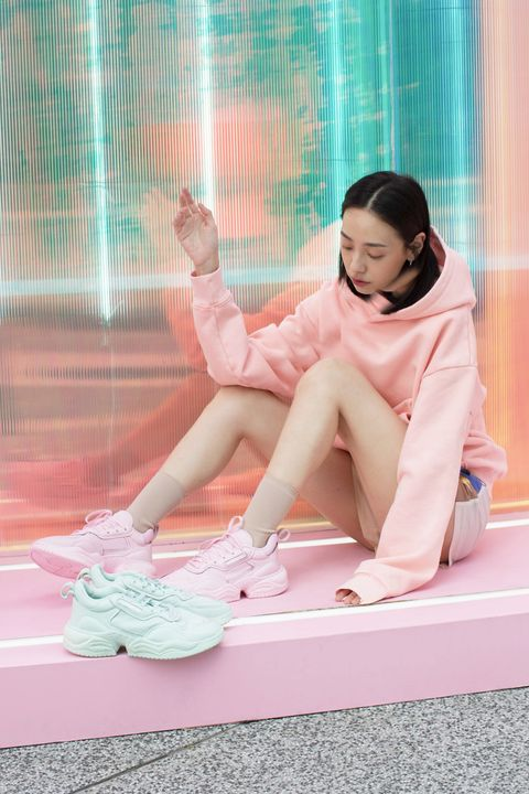 ADIDAS ORIGINALS SUPERCOURT RX棉花糖色系球鞋太有少女心,搭配同色系穿搭也合適。