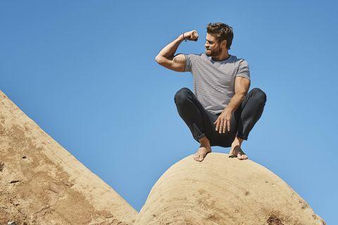 liam hemsworth enseña los músculos de sus brazos los  bíceps y tríceps del actor