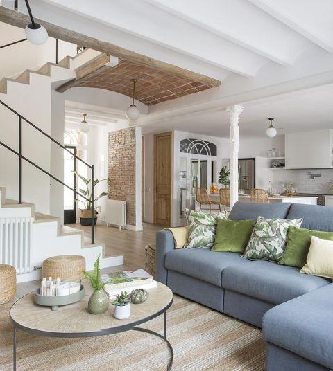 casa premia reformada salón con sofá azul