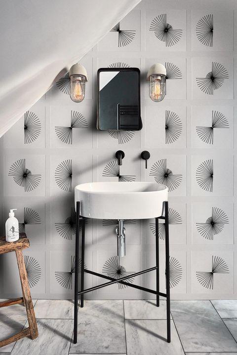 baño con papel pintado impermeable