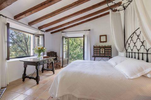 Bedroom, Property, Room, Furniture, Bed, Interior design, Ceiling, Bed frame, Building, Bed sheet,