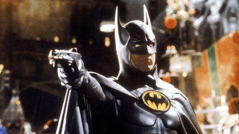 michael keaton como batman disparando