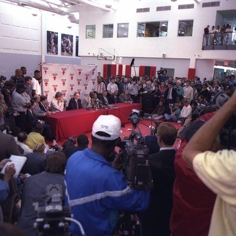 michael jordan, 6 Oktober 1993 penjaga michael jordan dari chicago bulls mengumumkan pengunduran dirinya selama konferensi pers di chicago, illinois kredit wajib jonathan daniel allsport