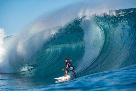michel bourez surfeando en teahupoo tahití