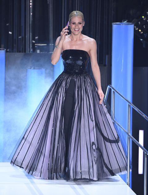 size 40 fe2c9 1bbe2 Michelle Hunziker con due vestiti in uno di Giorgio Armani a ...