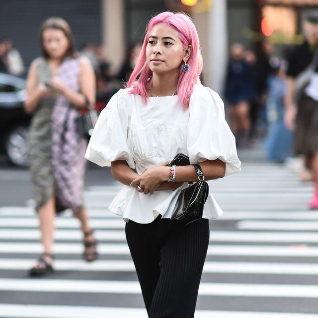vrouw in blouse op straat