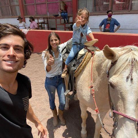 michelle renaud recibe clases de equitación