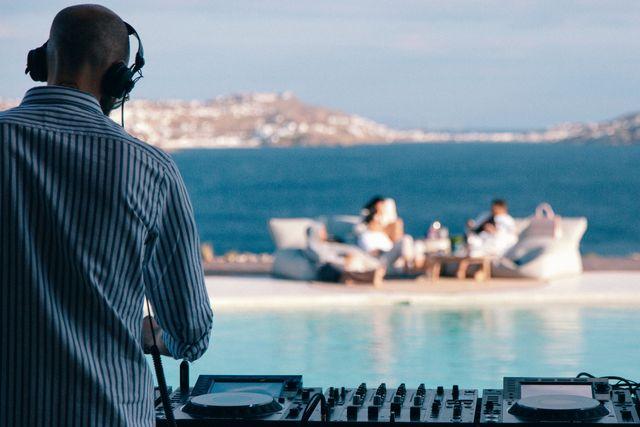 dj pinchando en una de las fiestas en la piscina del nuevo destino pacha mykonos