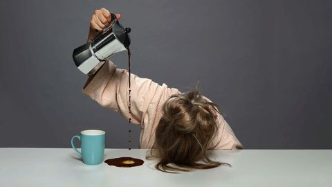 vrouw giet koffie over de tafel