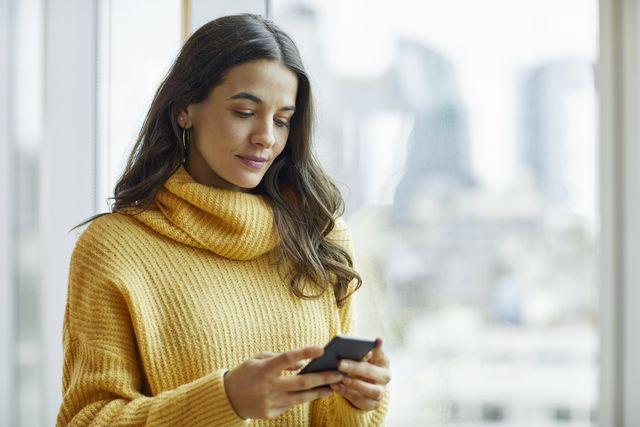 mujer mirando su móvil