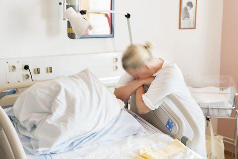 posturas para aliviar el dolor en el parto
