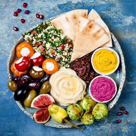 Plat de meze du Moyen-Orient avec falafel vert, pita, tomates séchées, houmous de potiron et de betterave, olives, poivrons farcis, taboulé, figues. Fête d'idées d'apéritifs méditerranéens