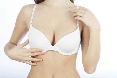 一個女生穿著胸罩