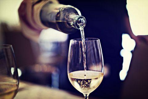 レストランで白ワインを注ぐ