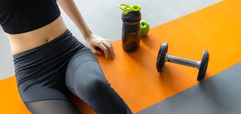 一個女生在健身房休息