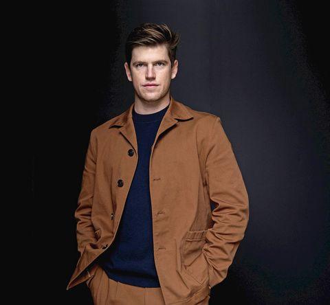 el hijo de ana duato, con un traje marrón y jersey azul marino, posa en el festival de cine de san sebastián