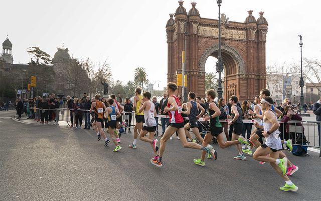corredores durante la edreams media maratón de barcelona