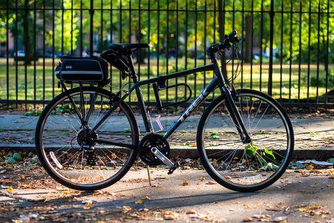 mike de socio y su bicicleta de trekking