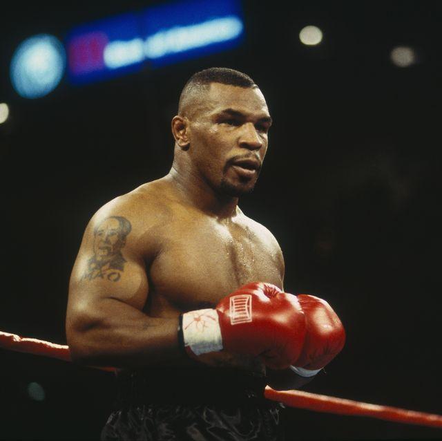 mike tyson vuelve al ring de boxeo se pelea y se rompe la camisa