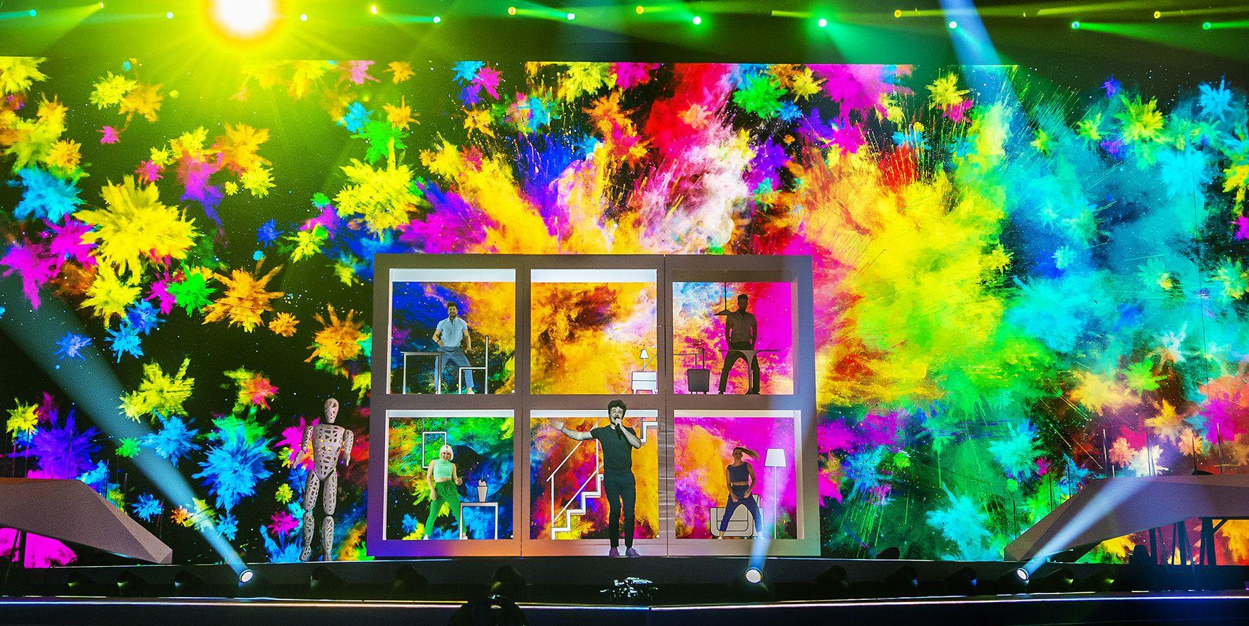Miki canta La venda en los ensayos del Festival de Televisión.