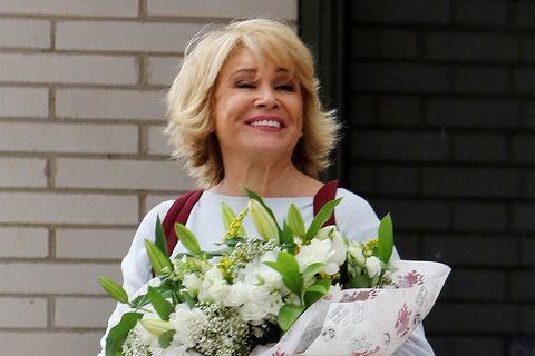 Mila Ximénez con ramo de flores