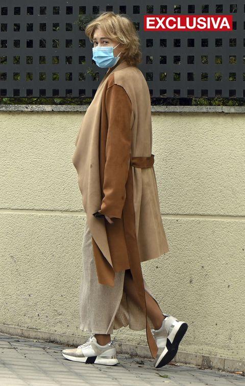 la colaboradora de 'salvame', vestida de marrón y con mascarilla, acude a una nueva revisión médica