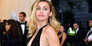 Miley Cyrus in een zwarte jurk tijdens een gala