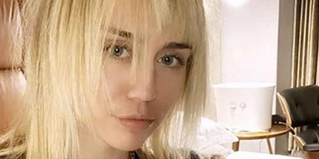 Miley Cyrus S Blonde Choppy Lob Hairstyle After Her Mom Cut It